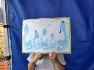 パパとママと子供3人で足形ペンギンアート迫力ある!!